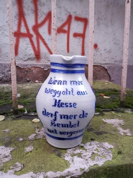 Wenn mer weggeht aus Hesse derf mer de Bembel net vergesse.